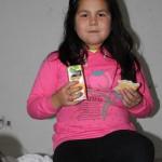 bonita de niña con su comida